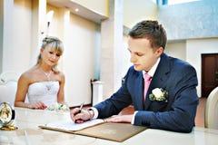 Ernste Registrierung der Verbindung im Hochzeits-Palast Lizenzfreie Stockfotos
