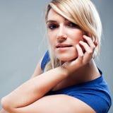 Ernste schöne blonde Frau Lizenzfreie Stockfotografie