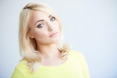 Ernste schöne junge blonde Frau Lizenzfreie Stockbilder