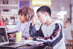 Ernste Schüler, die versuchen, sich auf Aufgabe zu konzentrieren lizenzfreie stockfotografie
