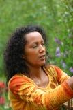 Ernste schauende Frau im Garten Lizenzfreie Stockfotos