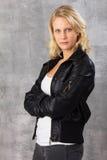 Ernste schauende moderne blonde Frau Stockfoto