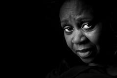 Ernste schwarze Frau Stockfotografie