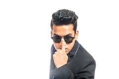 Ernste und kühle sexy tragende Sonnenbrille des Geschäftsmannes lizenzfreies stockbild
