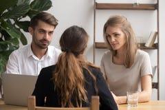 Ernste zweifelhafte Stunden-Manager, die auf Bewerber am Vorstellungsgespräch hören stockbilder
