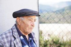Ernster älterer Mann in der karierten Jacke lizenzfreie stockfotos