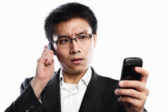 Ernster Ausdruck des Geschäftsmannes unter Verwendung des videoaufrufs Stockbild
