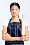 Ernster Bäcker, der ein Nudelholz hält stockfotos