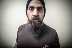 Ernster bärtiger Mann mit Kappe Stockfotografie