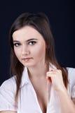 Ernster Blick der jungen Frau auf Sie Stockbild