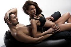 Ernster Blick einer attraktiven Dame, die nahe bei ihrem Ehemann sitzt Lizenzfreies Stockbild