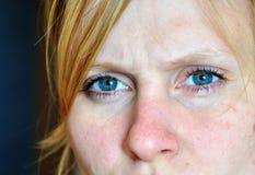 Ernster Blick einer jungen Frau Stockbilder