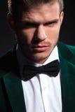 Ernster Blick eines jungen eleganten Mannes Lizenzfreie Stockfotografie