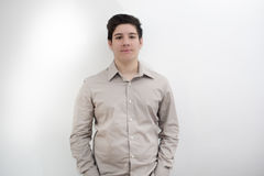 Ernster Blick eines jungen Mannes Lizenzfreies Stockfoto