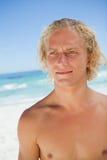 Ernster blonder Mann, der in Richtung der Seite blickt Lizenzfreie Stockfotografie