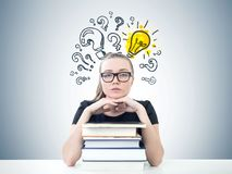 Ernster blonder Student, Bücher, Idee Stockbild