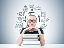 Ernster blonder Student, Bücher, Unternehmensplan Lizenzfreie Stockfotos