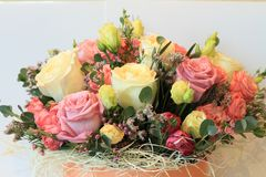 Ernster Blumenstrauß von Blumen für schöne Damen, Bündel Rosen lizenzfreies stockbild