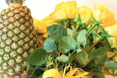 Ernster Blumenstrauß von Blumen für schöne Damen, Bündel Rosen stockbild