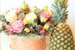 Ernster Blumenstrauß von Blumen für schöne Damen, Bündel Rosen lizenzfreies stockfoto