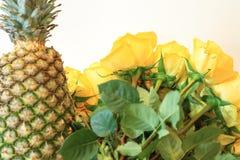 Ernster Blumenstrauß von Blumen für schöne Damen, Bündel Rosen lizenzfreie stockfotografie