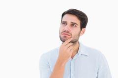 Ernster denkender Mann, der oben schaut Lizenzfreie Stockfotografie