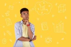 Ernster die Stirn runzelnder Student beim Denken an eine schwierige Aufgabe an der Lektion lizenzfreie stockfotos
