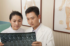 Ernster Doktor und Krankenschwester Examine ein Röntgenstrahl stockfotos