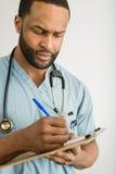 Ernster Doktor Writing A Prescription Lizenzfreie Stockfotografie
