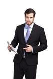 Ernster eleganter Geschäftsmann mit einer Zeitung lizenzfreies stockfoto