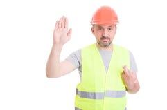 Ernster Erbauer, der seine rechte Hand und Schwören falsch steigt lizenzfreie stockfotos