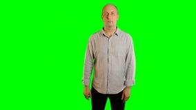 Ernster erwachsener kaukasischer Mann, der Gesten Alphakanal zeigt Handzeichenzugseilklickenhahn-Schlagdia Der oberen Hälfte stock video footage