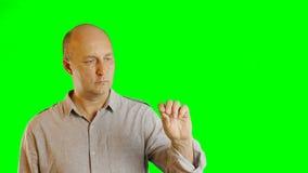 Ernster erwachsener kaukasischer Mann gestikuliert Alphakanal Handzeichenzugseilklickendoppelklick-Hahnschlag Der oberen Hälfte stock video footage