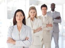 Ernster führender Vertreter der Wirtschaft vor Team Stockfotos