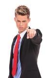 Ernster Geschäftsmann, der beschuldigen Finger zeigt Lizenzfreies Stockfoto
