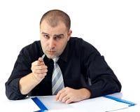Ernster Geschäftsmann, der Kamera argumentiert und betrachtet Lizenzfreie Stockfotos