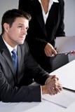 Ernster Geschäftsmann der Nahaufnahme, der im Sitzungssaal sitzt lizenzfreies stockbild
