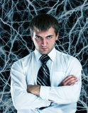 Ernster Geschäftsmann gegen Blitze Lizenzfreie Stockfotos