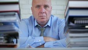 Ernster Geschäftsmann Image im Büro, das in einer Job-Darstellung überzeugt schaut stock video