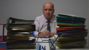 Ernster Geschäftsmann Image Working in erklärendem Archiv lizenzfreie stockbilder