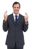 Ernster Geschäftsmann mit den Fingern gekreuzt stockfotografie