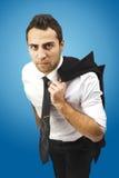 Ernster Geschäftsmann mit Mantel auf Schulter Stockfotografie