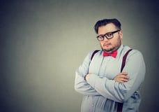 Ernster Geschäftsmann mit versnobtem Gesichtsausdruck stockfotografie