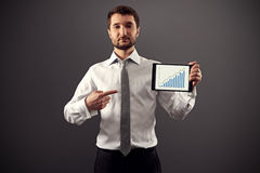 Ernster Geschäftsmann, der auf Wachstumstabelle zeigt Lizenzfreies Stockfoto