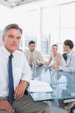 Ernster Geschäftsmann während einer Sitzung Stockbild