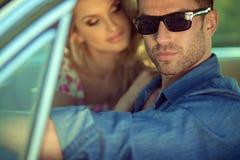 Ernster gutaussehender Mann und seine reizende Freundin lizenzfreie stockfotografie