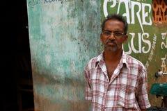 Ernster indischer Mann mit Gläsern Stockfoto