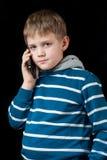 Ernster Junge, der am Handy spricht Stockfotos