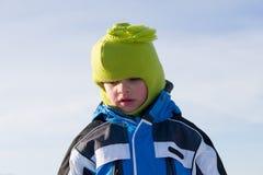 Ernster Junge in der Winterkleidung lizenzfreies stockfoto