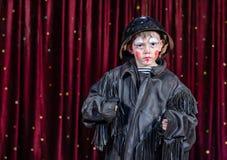 Ernster Junge gekleidet als Clown Standing auf Stadium Lizenzfreies Stockbild